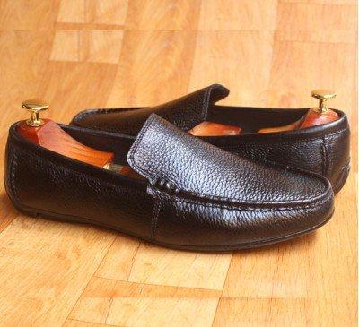 Giày lười da bò sần màu đen